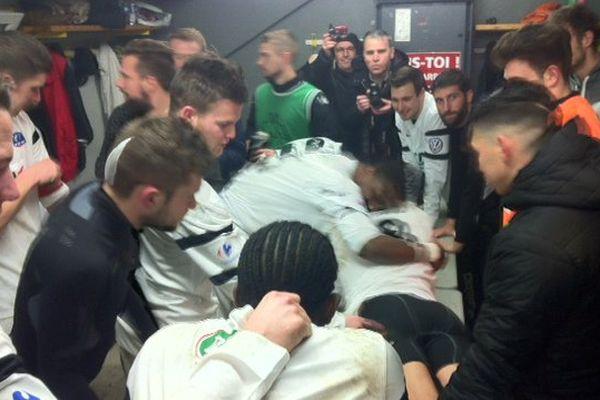 La joie dans les vestiaires de l'US Saint-Malo à l'issue de sa qualification en 8e de finale de Coupe de France