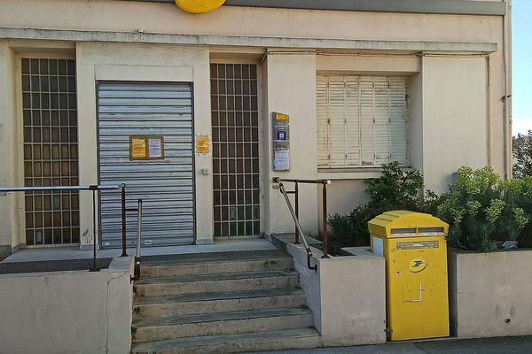 Hérault - le bureau de poste fermé à Lespignan - avril 2021.