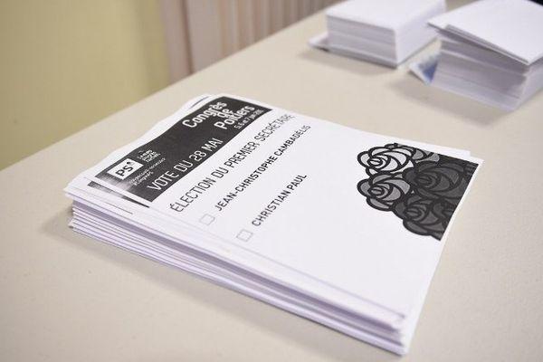 Des bulletins de vote empilés dans un bureau, jeudi 28 mai.