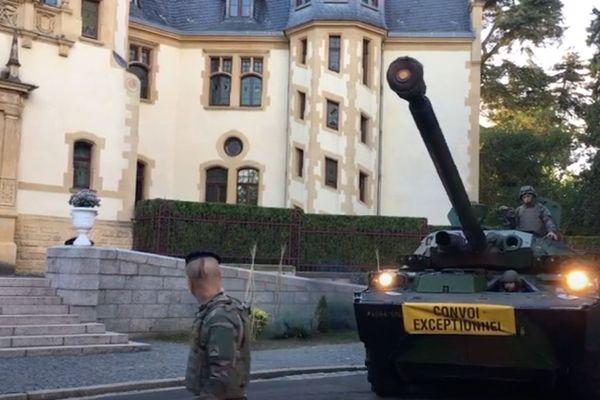Le soldat marnais montait la garde devant le palais du Gouverneur militaire à Metz.