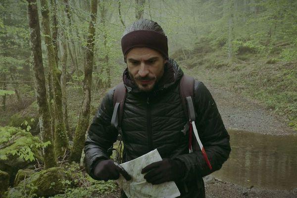 Simon Delétang vient de franchir un petit cours d'eau, obstacle sur le sentier