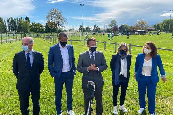Emmanuel Macron accompagné de son ministre de l'éducation, de la ministre des sports, de Laure Boulleau, et de Tony Parker, à Pont-Sainte-Marie, dans l'Aube.