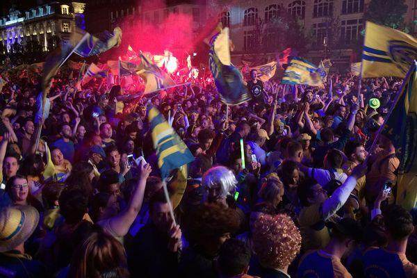 L'ASM championne de France. Les supporters ont explosé de joie à l'issue du match contre Toulon. A Clermont-Ferrand, dimanche 4 juin, ambiance exceptionnelle.