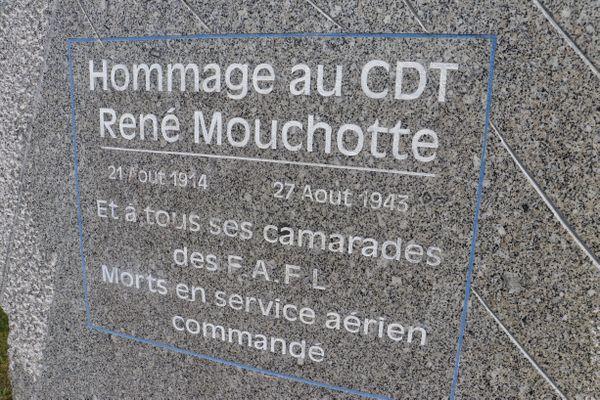 Stèle en hommage à René Mouchotte à l'aéroport de Calais-Dunkerque.