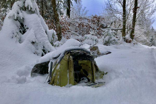 Des débris du Mirage 2000 D éparpillés dans la neige de Mignovillard dans le Jura.