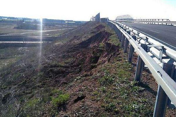 Mauguio (Hérault) - glissement de talus sur la RD.26 - février 20148.