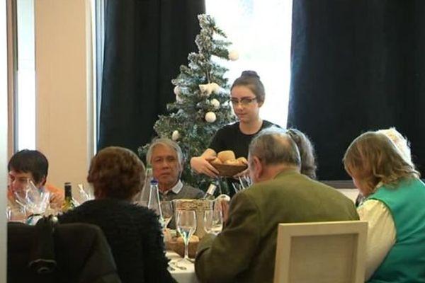 """Les petits frères des pauvres offrent un repas et """"du bonheur"""" pour Noël aux personnes âgées isolées - 24 décembre 2016"""