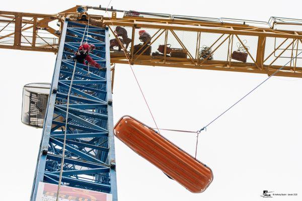 Barquette d'évacuation du GRIMP86 depuis le haut de cette grue de 54 mètres.