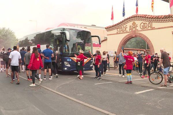 Départs des joueurs de l'USAP pour Montpellier, ce vendredi 4 juin, devant les supporters.
