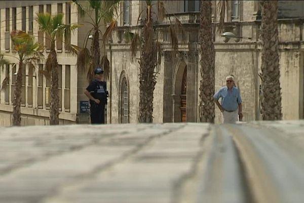 Les rails du tramway près de l'Arc de triomphe à Montpellier