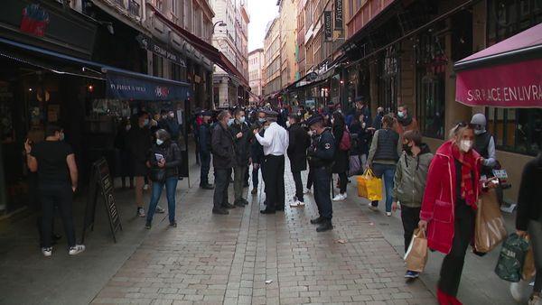 Les opérations de contrôles en présence du sous-préfet du Rhône, Jean-Daniel Montet-Jourdan, rue Mercière