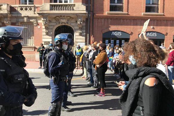 Des opposants à la manif pour tous face aux policiers.