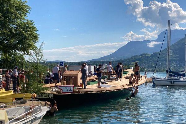 L'Espérance III sur les eaux du lac, avec en arrière-plan les Alpes.