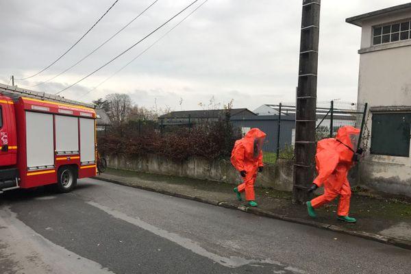 Les pompiers sont équipés spécialement pour une intervention à Vitré après la fuite de produits chimiques