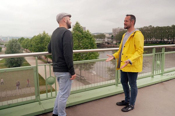 Alexis fait la rencontre de David Galienne sue le pont Boieldieu à Rouen en dessous duquel est garé son food truck.