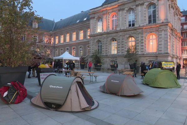 Nuit du sans-abrisme organisée par un collectif d'associations devant l'hôtel de ville d'Amiens jeudi 31 octobre 2019