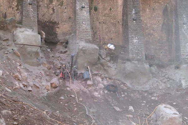 """Sur ce """"mur à arcature"""" au nord de Fontan, des clous en béton de 15m de long sont insérés pour conforter l'ouvrage."""