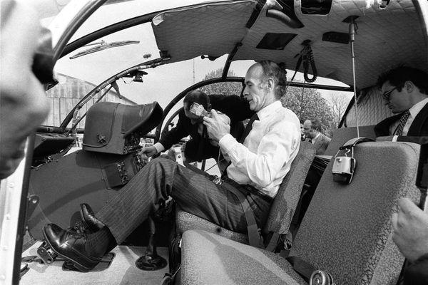 Valery Giscard d'Estaing en 1972 à Alençon ( 61) , il est candidat à l'élection présidentielle de 1974 et il pilote lui-même cet hélicoptère.