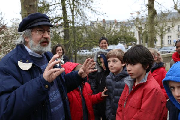 L'historien nantais Jean Breteau en pleine visite guidée avec une classe de CM1
