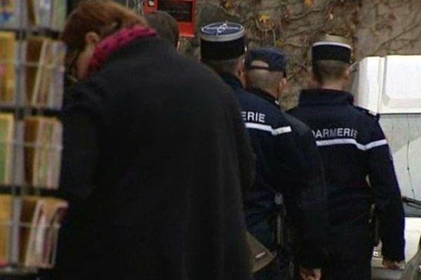 Policiers et gendarmes renforcent la surveillance aux abords des magasins de Haute-Loire