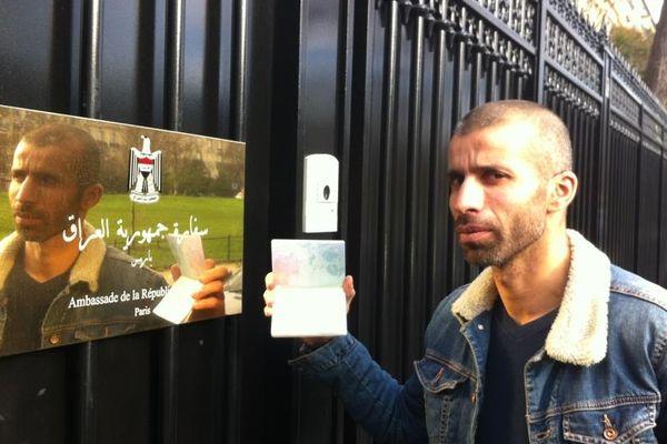 Nadir pris en photo arborant son précieux Visa qui lui a permis de partir en Irak