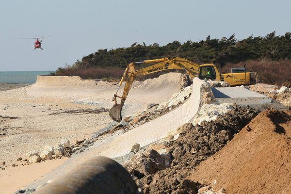 Travaux sur la digue de St-Clément-les Baleines en partie détruite par la tempête Xynthia en février 2010.