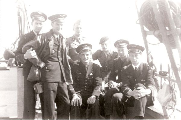 """De gauche à droite, à bord du """"Président Houduce"""" : Henry Lafont, René Mouchotte, Georges Heldt, Charles Guérin, André Sorret, Emile """"François"""" Fayolle et Hubert Stourm."""