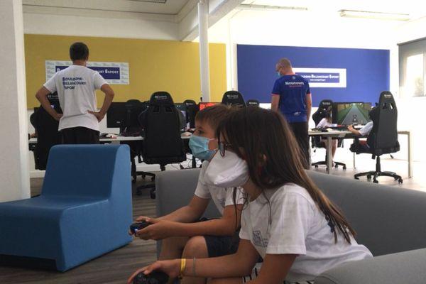Camille affronte un jeune camarade sur FIFA