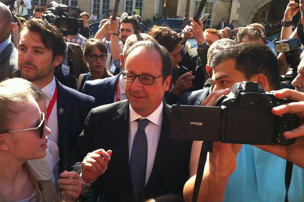 François Hollande s'offre un bain de foule à son arrivée à l'hôtel de ville au Mans