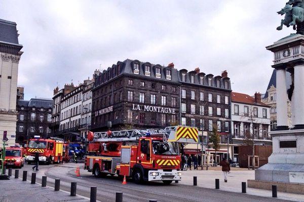 Les sapeurs-pompiers ont réussi à éteindre l'incendie vers 13h15. Près d'une heure après le départ du feu dans le parking Vercingétorix, place de Jaude à Clermont-Ferrand.