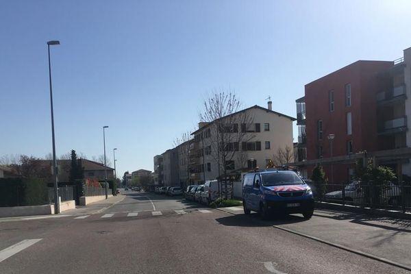Des rues désertes dans cette ville de la métropole de Lyon