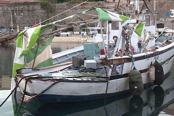 Dans le port Tino Rossi à Ajaccio, le bateau de Nicolas Salvini, marin-pêcheur, n'a pas résisté à la tempête Adrian.