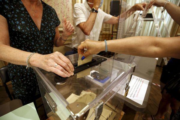 Des assesseurs recueillent des bulletins de vote - Photo d'illustration