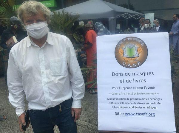 """""""C'est un devoir d'être solidaire avec son prochain, de se demander de quoi il aurait besoin"""", avance Pierre Rousseau, à l'origine de ce don de masques et de livres."""