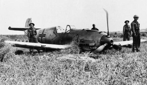 Un Messerschmitt de la JG2 le 13 août 1940, près de l'aérodrome de Shoreham, dans le sud de l'Angleterre. Son pilote, Paul Temme, parti de Beaumont-le-Roger en Normandie, est fait prisonnier.
