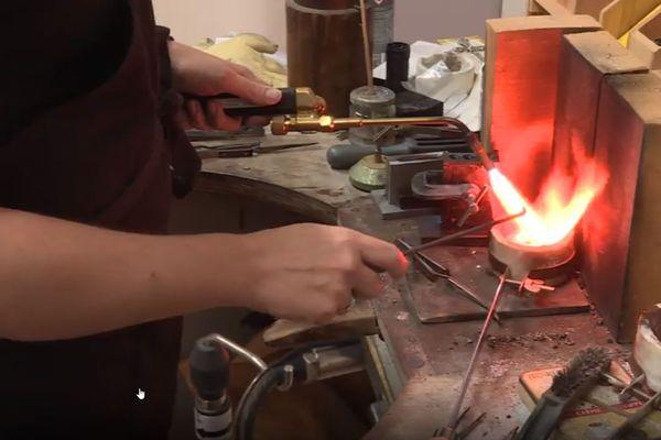 Aurore Klein, créatrice de bijoux; ici en train de faire fondre de l'argent, a été victime d'un cambriolage dans son atelier. Son préjudice est évalué entre 35 et 40 000 euros.