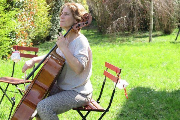 Mathilde Comoy-Robert dans son jardin de Tournemire (Aveyron) joue du violoncelle pour ses voisins confinés