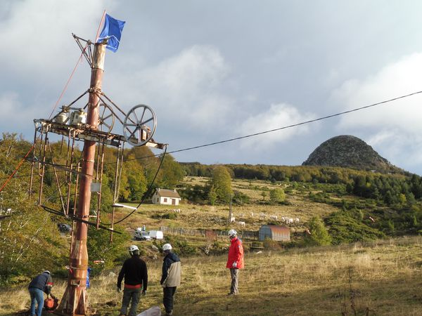 Démontage par des bénévoles d'une remontée mécanique à Ste Eulalie (Monts d'Ardèche)
