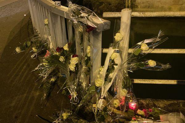 Des roses blanches déposées sur les lieux de l'accident, chaussée du Vouldy à Troyes