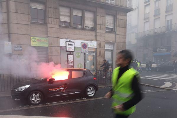 Une voiture en feu du côté de Chantiers navals à Nantes le 15 décembre 2018