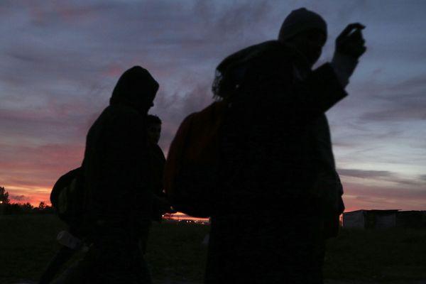 ILLUSTRATION de migrants quittant la jungle de Calais.