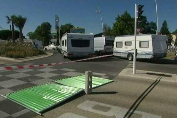 70 caravanes des gens du voyage bloque ce matin la zone des Tourrades à Cannes-la-Bocca. Il est impossible de circuler.