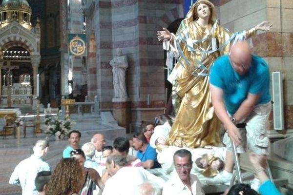 La ferveur populaire autour de la statue de la Vierge