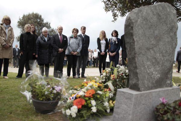 En 2015,  Bernard Cazeneuve alors premier Ministre rend hommage aux victimes cherbourgeoises devant la stèle  située près de La Cité de la Mer de Cherbourg. Au moment de l'attentat, il était maire de la ville. Député, il a mené une enquête parlementaire sur les circonstances de l'attentat et a dénoncé l'entrave qu'il a rencontré dans sa démarche.