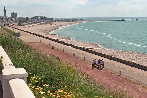 Mai 2020- Vue générale de la plage du Havre où les restaurants du front de mer attendent de pouvoir démarrer la saison
