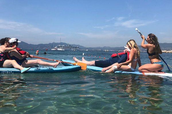 Gabrielle et Roland ont essayé le paddle pour la première fois à l'handiplage de Cannes