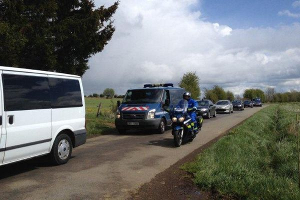 Le convoi transportant Cécile Bourgeon, la mère de Fiona, aux abords du lac d'Aydat (63)
