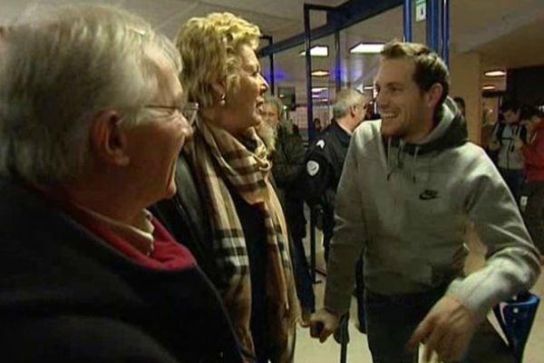 Renaud Lavillenie à la sortie de l'avion qui le ramène en Auvergne après son record du monde en Ukraine