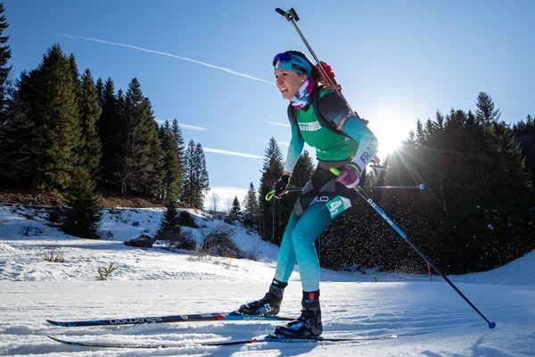 Léonnie Jeannier en action lors du relais mixte de biathlon.