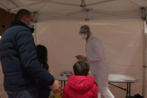 L'opération de dépistage a attiré beaucoup de monde samedi à Colombes, provoquant jusqu'à deux heures d'attente.